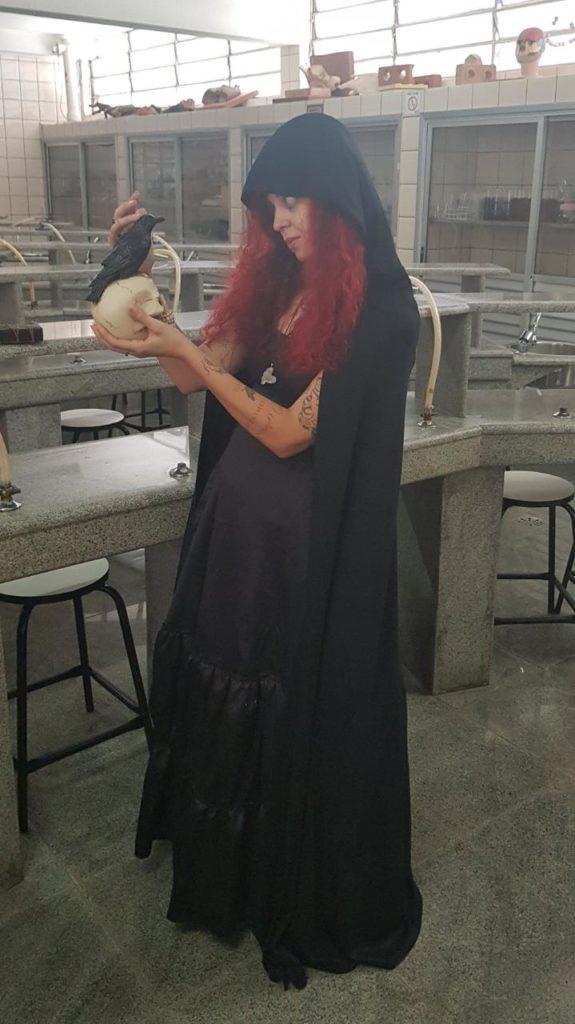Thaiza Montine com o cosplay de Uma bruxa genérica, para falar sobre a relação das mulheres com a Ciência, na Idade Média.