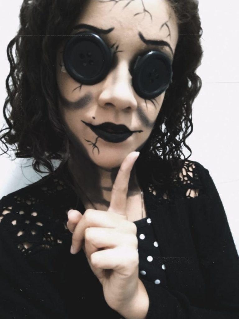 """Luise Monique com o cosplay de """"a outra mãe"""", personagem de Coraline."""