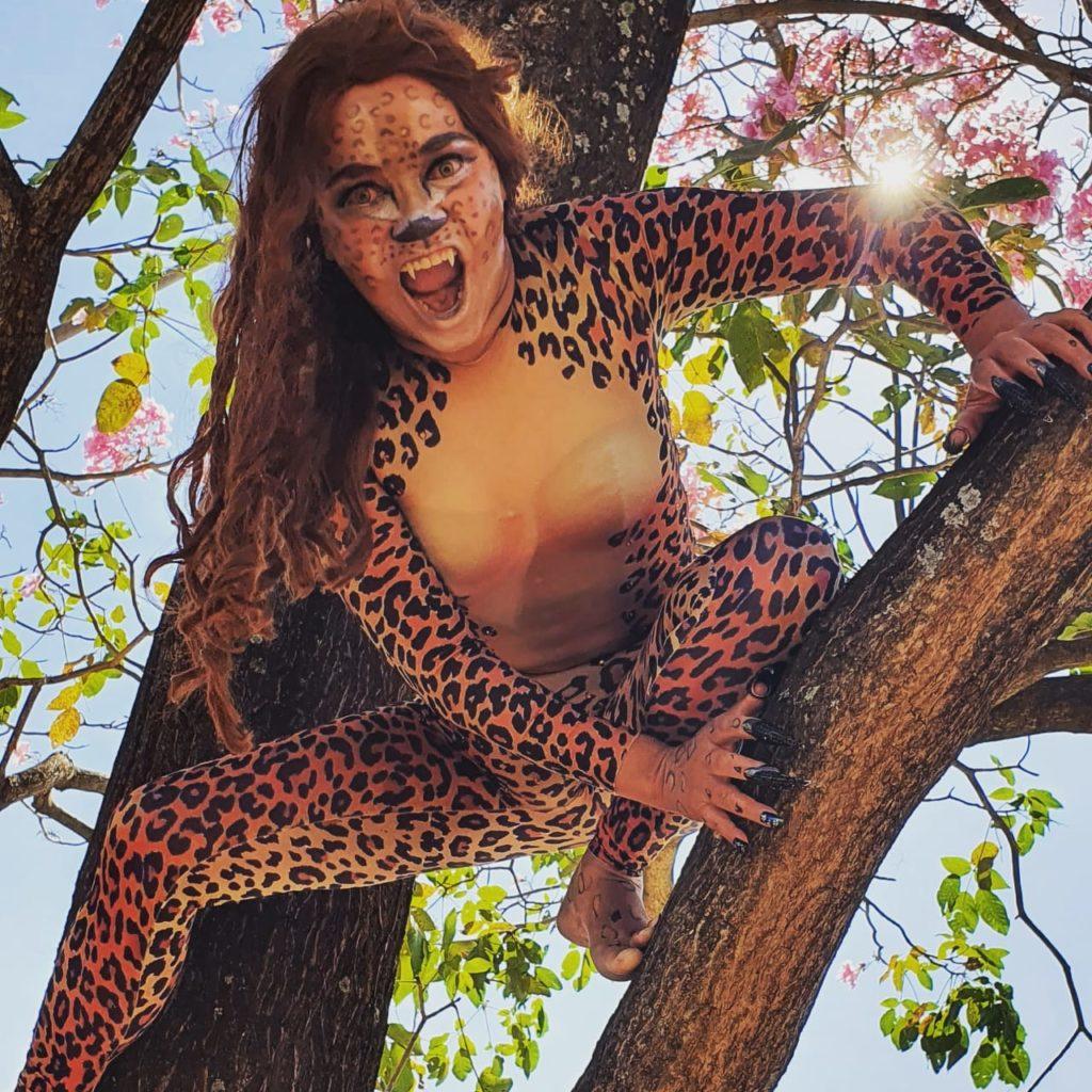 Maria Helena com o cosplay de Mulher Leopardo, antagonista da HQ da Mulher Maravilha