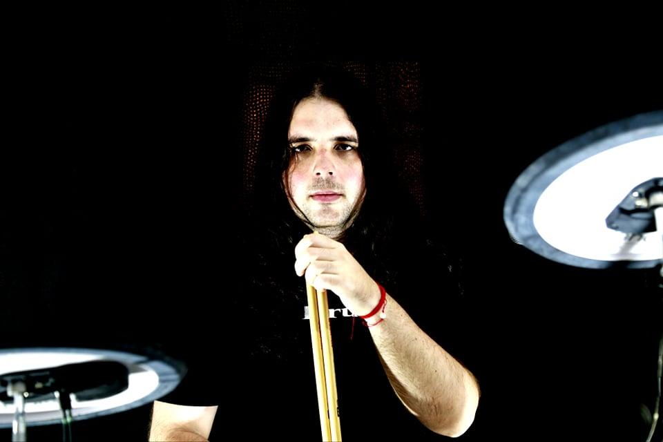 Foto do Caio Gaona tocando bateria