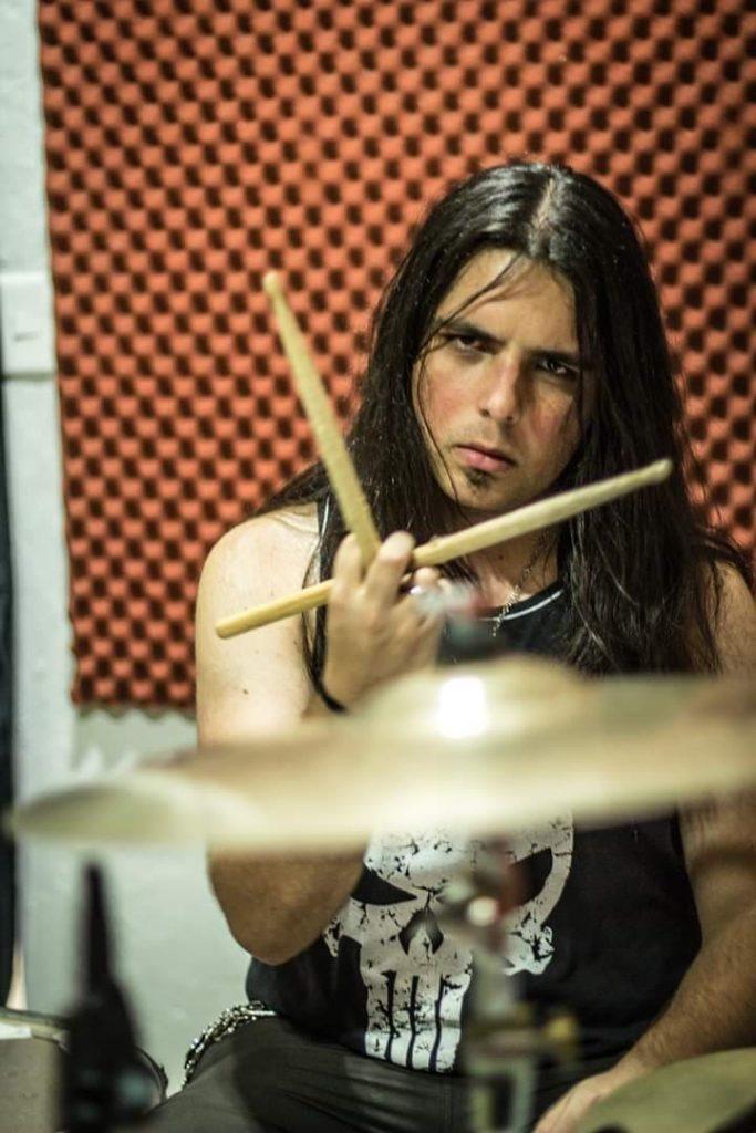 Foto do Caio Gaona tocando bateria.