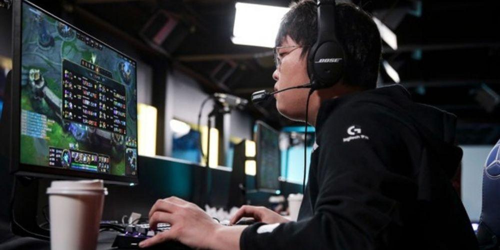 Imagem da matéria: Sports nas Olimpíadas. O jogador Chen Zebin durante a final do League of Legends 2020 Worlds (Foto: Lintao Zhang/Riot Games via Getty Images)